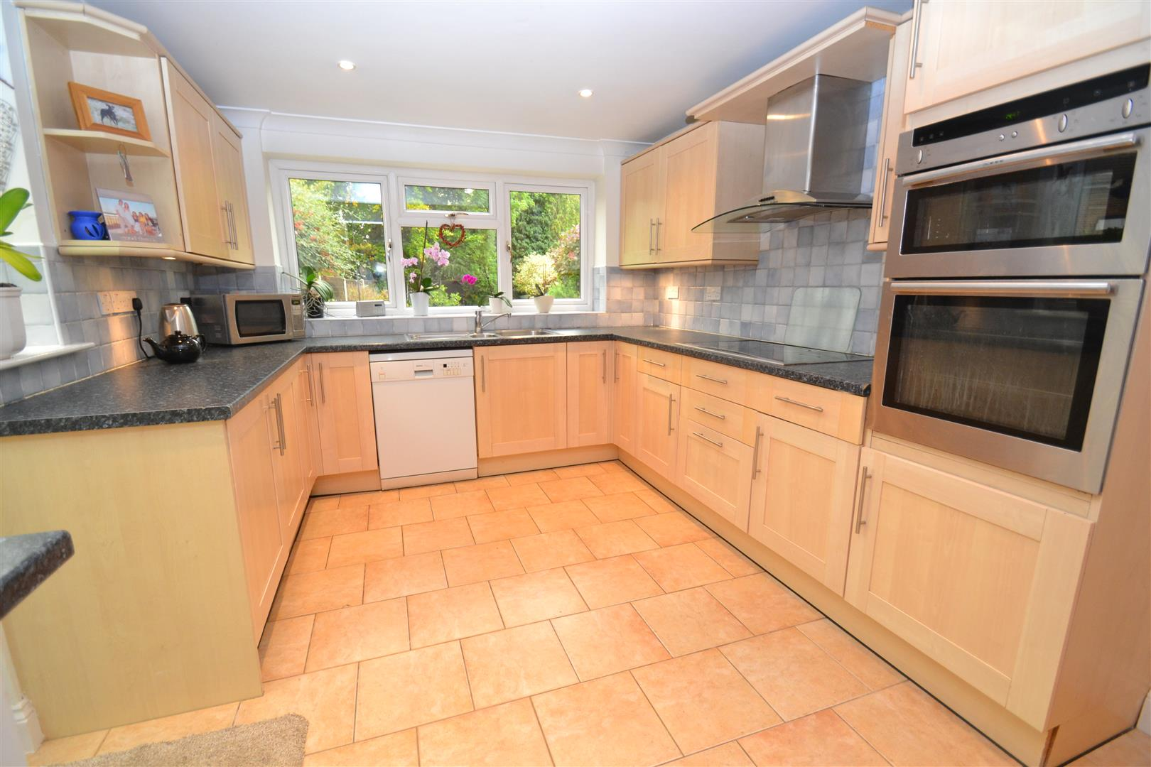 4 Bedrooms Semi Detached House for sale in Woodside Crescent, Smallfield, Horley